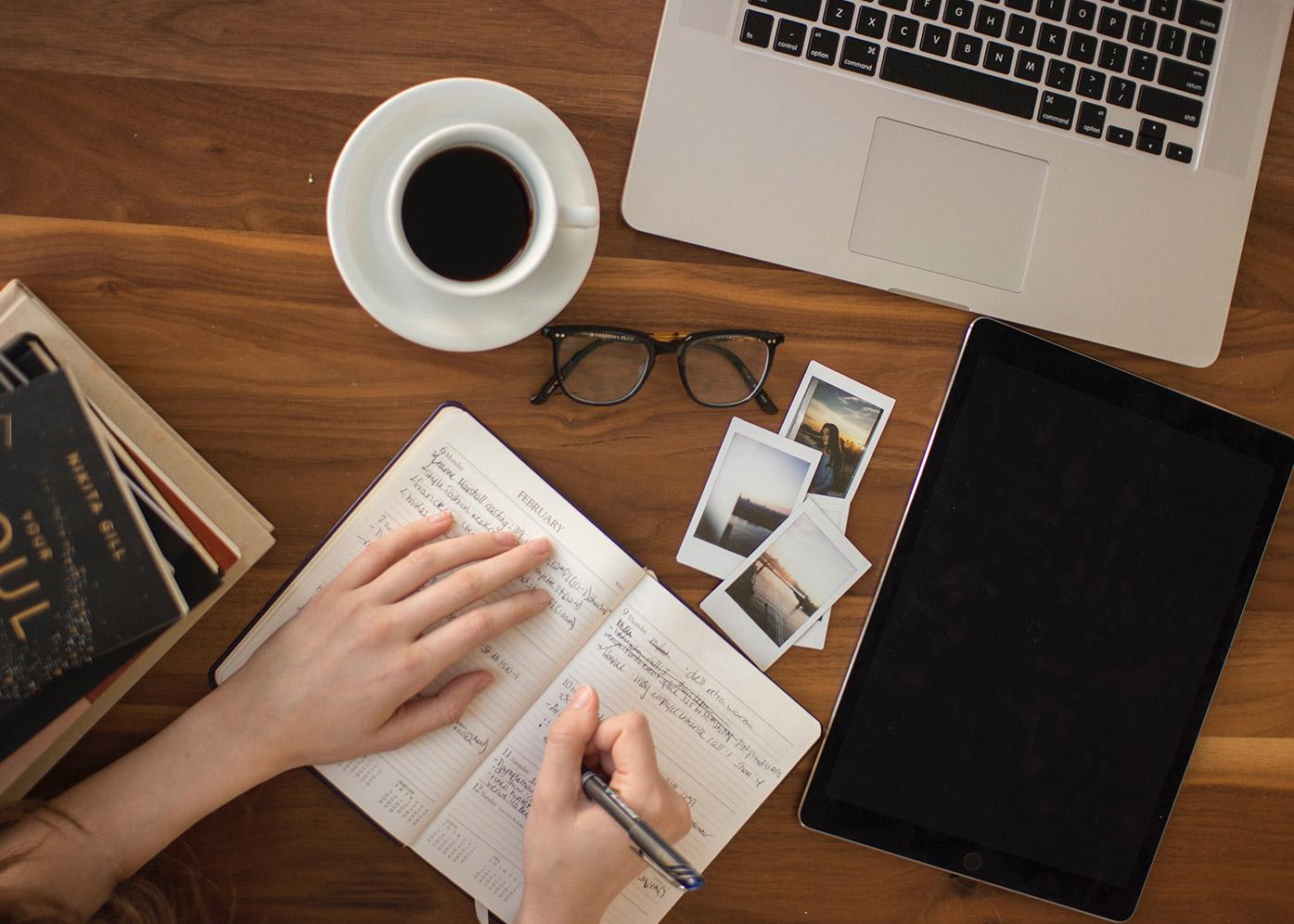 Das Bild zeigt eine arbeitende Frau. Sie schreibt Notizen in ein Heft. Das Bild wird als Titelbild für den Blog von W/F Branding & Digital Marketing verwendet.