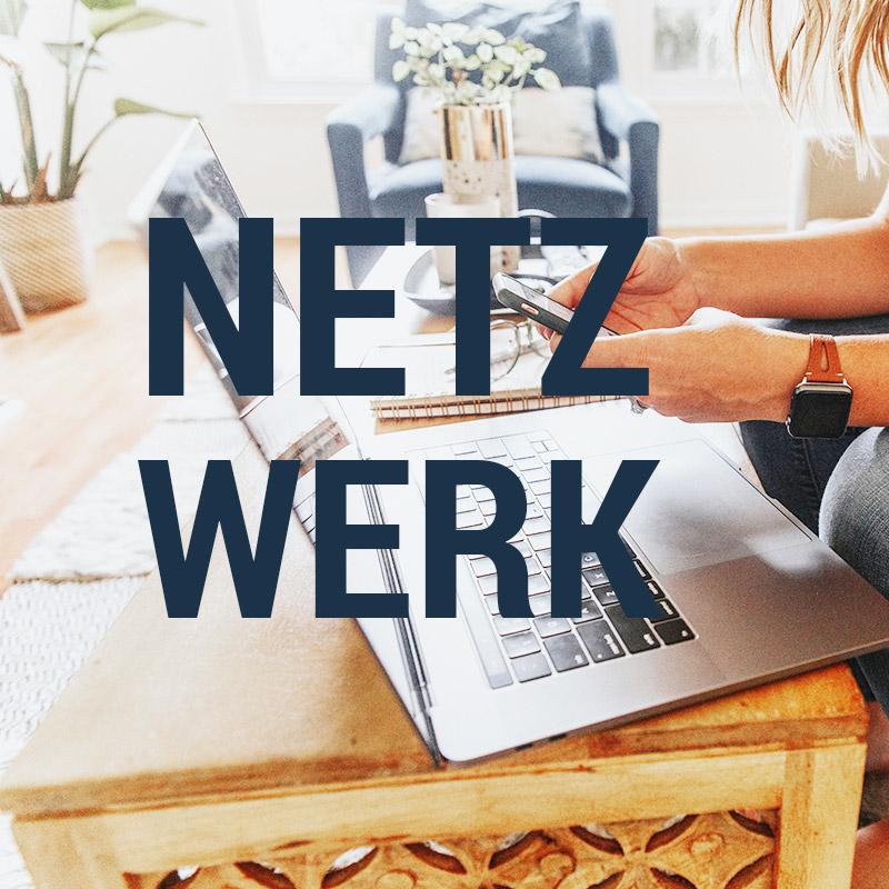 Als ein Arbeitsplatz erkennbarer Ort auf dem ein Laptop und Smartphone abgebildet sind. Es enthält die Überschrift Netzwerk, welches sinnbildlich für das Netzwerk aus Experten ist, auf das das Unternehmen zurückgreift.