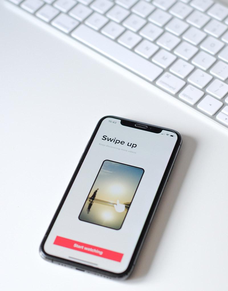 Gezieltes Digitales Advertising dient als Instrument um die eigene Webpräsenz zu optimieren oder neue Kunden zu gewinnen. Das wird auf dem Bild durch eine Werbeanzeige auf einem Smartphone dargestellt.