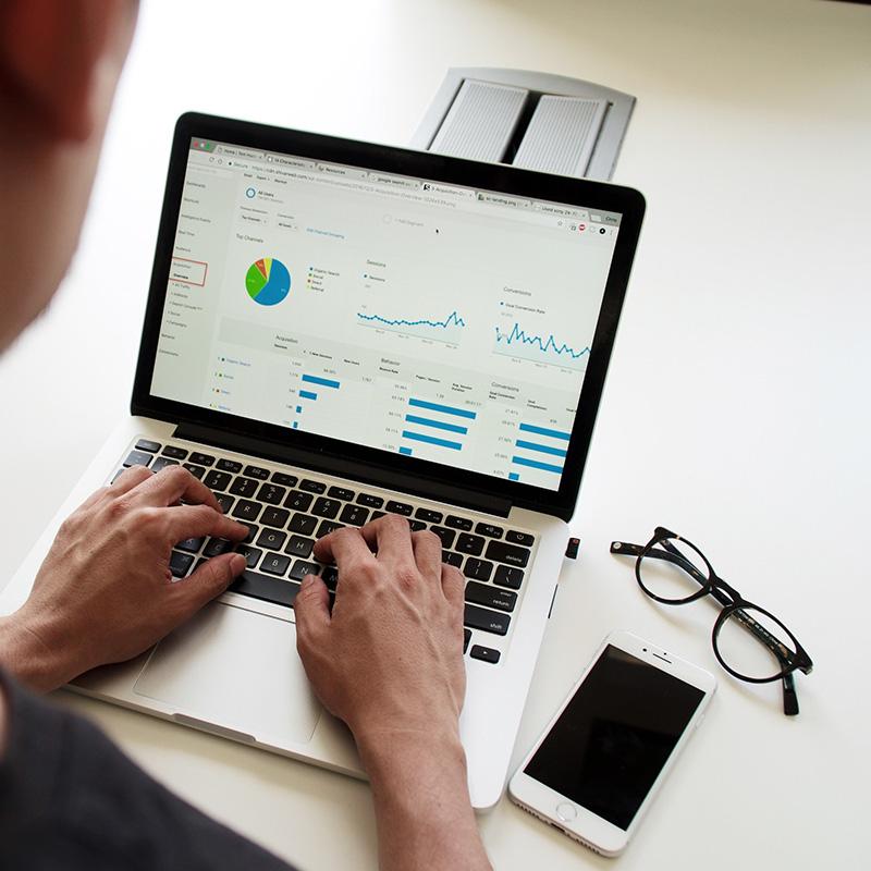 Gezeigt wird ein PC mit Tastatur in Benutzung. Es steht für digitale Sichtbarkeit durch individuelle Webseiten, Social Media und Werbeanzeigen.