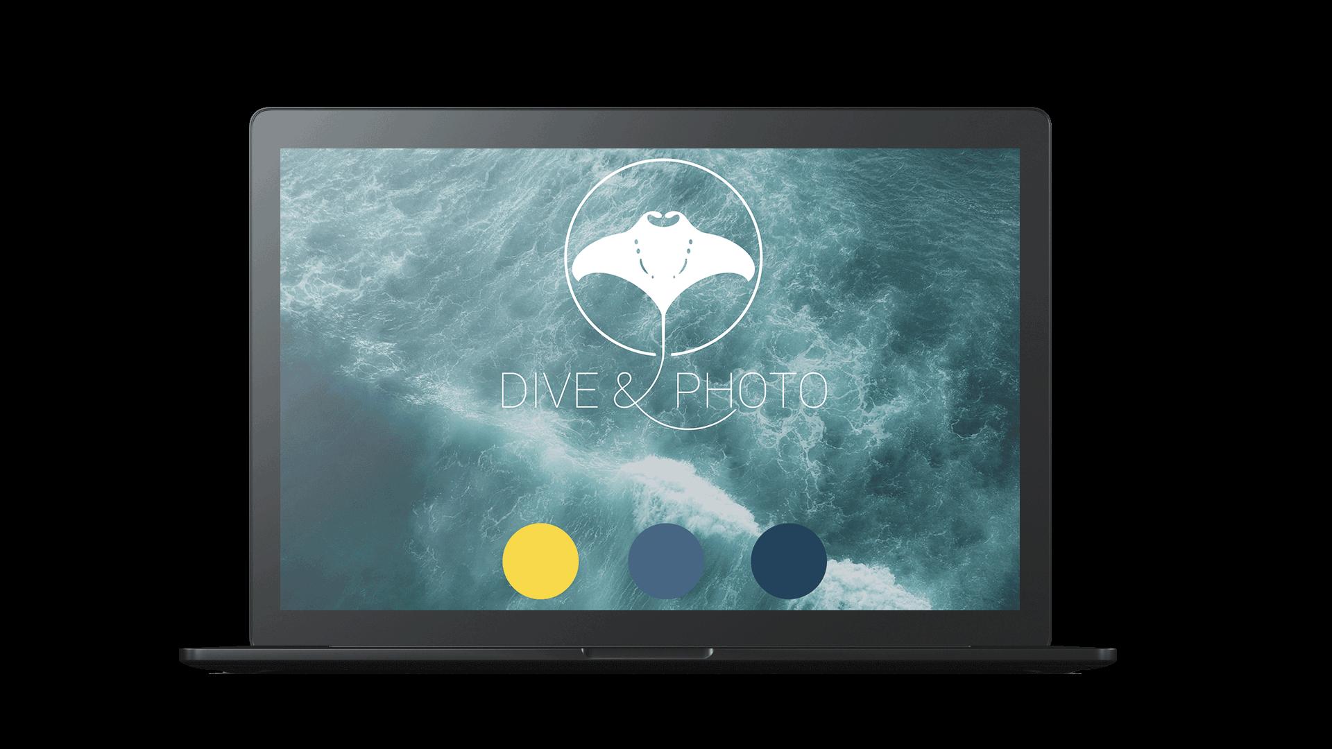 Zu sehen ist ein Macbook, auf welchem das Logo und das Design von diveandphoto abgebildet wird.