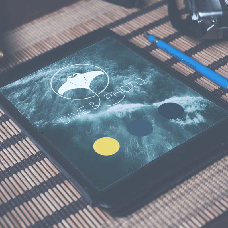 Zu sehen ist ein Tablet, auf welchem das Logo und das Design von diveandphotoabgebildet wird.